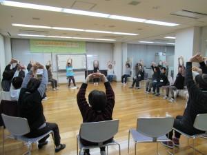「ふれあい介護予防教室」の風景です♡大きな輪になって体を伸ばします。